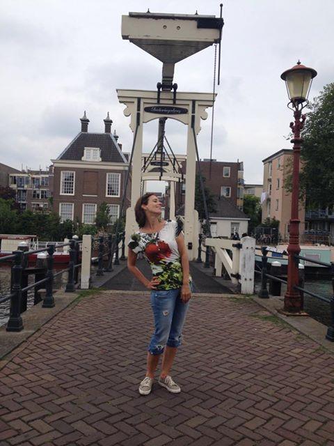 Maaike Schurmanns posiert in Amsterdam im Designer Shirt von fabrari