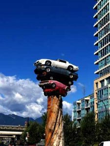 "Foto des ""Car Pile"" Installation in Vancouver"