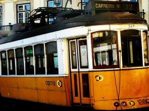 Foto von gelber Strassenbahn in Lissabon
