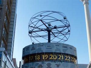 Foto der berühmten Weltzeituhr in Berlin