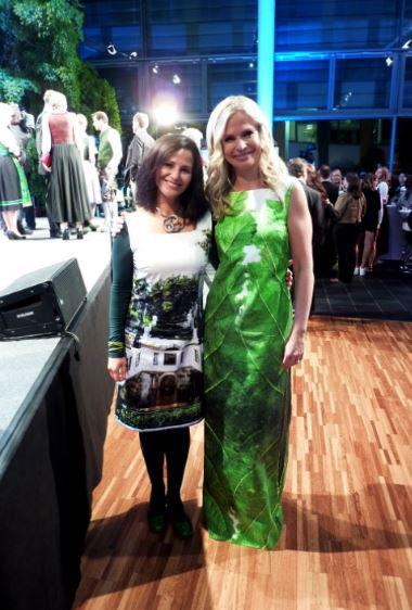 """Mit Claudia Reiterer im Kleid """"Das richtige Blatt"""" bei der Verleihung des Klimaschutzpreises. November 2014"""