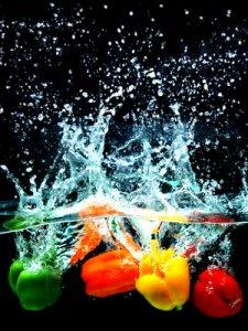 Foto: bunte Paprikas fallen in Wasser