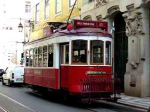 Foto rote Straßenbahn in Lissabon, fabrari