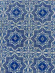 blau-weisse Kachelwand