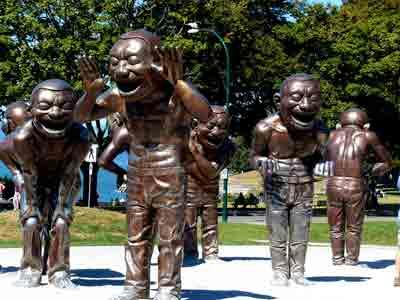 """Skulpturen """"A-maze-ing Laughter"""" des zeitgenössischen chinesischen Künstlers Yue Minjun, English Bay in Vancouver"""